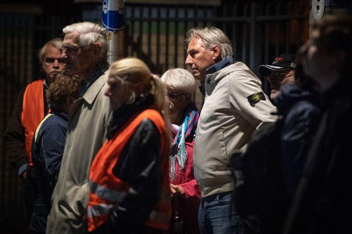 ENSCHEDE - Leden van Pegida Nederland hebben zich verzameld voor de moskee aan de Tweede Emmastraat om te protesteren tegen de islam.