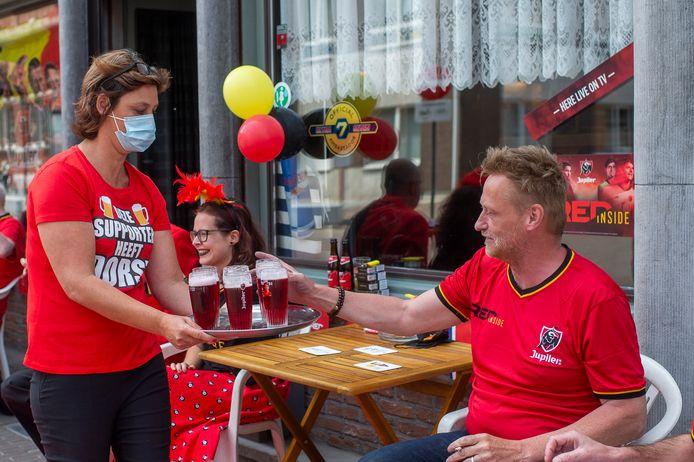 In café De Zwaluw slaat de EK-gekte toe: het café heeft de rode loper uitgerold en serveert rood bier.