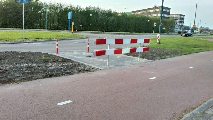 Op deze plek in de Steinhagenseweg gaat de weg, onder de naam verlengde Beneluxlaan, afbuigen richting het spoor. Op die manier gaat het doorgaande verkeer straks meer om de wijk heen in plaats van er doorheen.