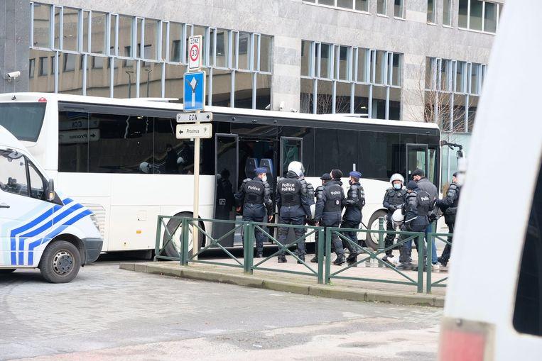 Actievoerders die naar Brussel wilden komen, worden aan het Noordstation onderschept en door de politie meegenomen. Beeld Baert