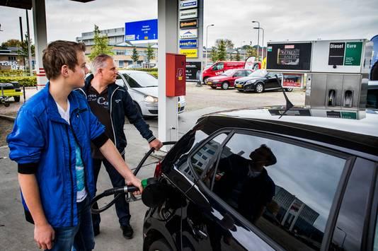 Het klimaatplan maakt rijden op benzine duurder, huizen moeten duurzamer en de belasting op gas gaat omhoog.