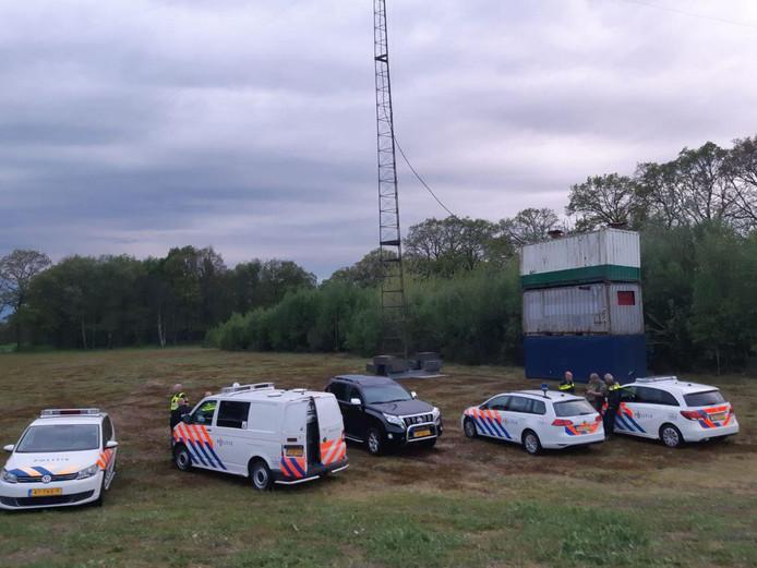 Aan de Visschemorsdijk in het buitengebied van Neede heeft de politie donderdagavond, in samenwerking met het Agentschap Telecom, een illegale zender in beslag genomen en ontmanteld.