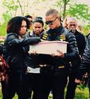 Nico Baloeboen en Latoyah tijdens de begrafenis van hun ongeboren kindje.