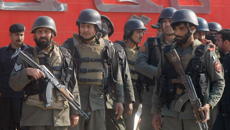 Pakistaanse veiligheidstroepen bij de Bacha Khan Universiteit in Charsadda Beeld ap