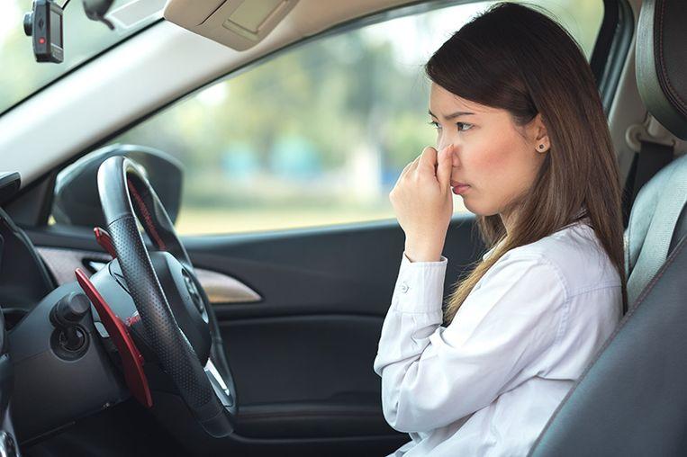 Aan de stank in je auto kunnen zes oorzaken ten grondslag liggen.