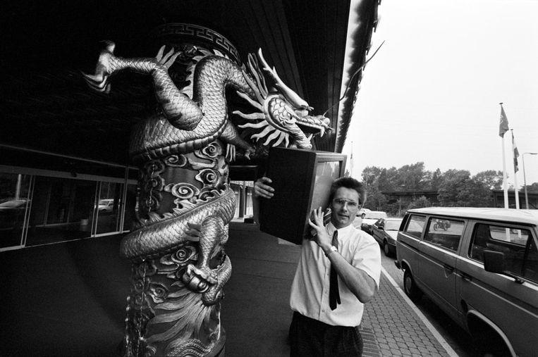 Een werknemer van de firma Skala haalt een tv op uit het failliete Oriental Palace, 10 juni 1988 Beeld Wubbo de Jong/MAI