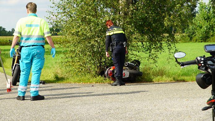 Bij een ongeval op de Lokaalweg bij Klarenbeek bij Apeldoorn zijn zondagmiddag twee gewonden gevallen.