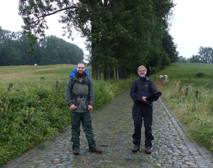 Teun Swerts (links) en Marc De Jonghe van Milieufront Omer Wattez op de Koppenberg. Teun is vertrokken voor 160 kilometer.