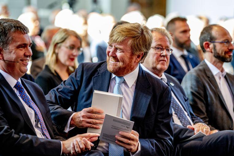 Koning Willem Alexander neemt in de Grote Kerk het eerste exemplaar van de NBV21, de vernieuwde Nieuwe Bijbelvertaling, in ontvangst.  Beeld ANP