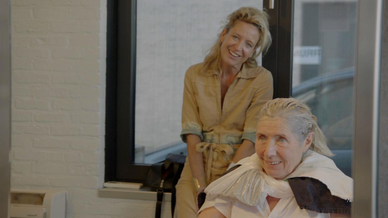 Cath Luyten en Sien Eggers in 'Buurman, wat doet u nu?'. Beeld VRT