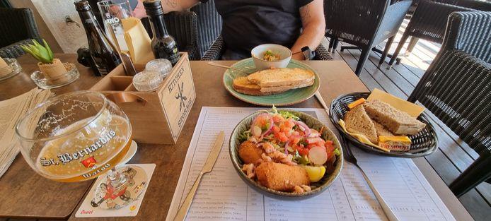 Bij het rijk gevuld slaatje met garnaalkrotten krijg je een brood, bij de croque-monsieur zijn er groentjes in een schoteltje.