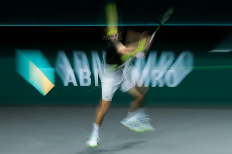 De Griekse Stefanos Tsitsipas speelt tegen Egor Gerasimov uit Wit-Rusland tijdens het ABN AMRO World Tennis Tournament in de Ahoy Arena in Rotterdam. Beeld AP