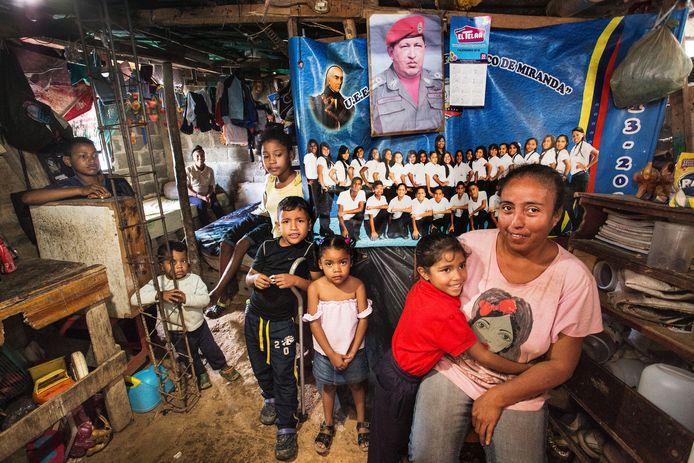 Sandra Coromoto Carrillo woont in dit kamertje met haar man, twee kleinkinderen en zoon die niet kan lopen. Er staan nog wat nichtjes en neefjes op de foto, maar die wonen hier niet. Haar dochter is een maand geleden naar Colombia vertrokken en sindsdien heeft zij niets meer van haar gehoord. Haar man is gepensioneerd en zij werkt nog bij de gemeente. Ze hebben een klein stukje grond, zodat ze voedsel kunnen verbouwen: yucca, cassave en mais. ,,We hebben de overheid die voor ons zorgt. Je hoeft niet dood te gaan van de honger. We helpen elkaar en moeten gewoon een beetje creatief met de situatie omgaan.''