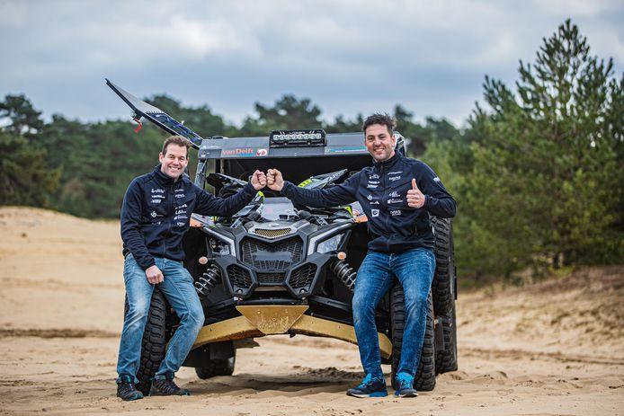 Paul Spierings probeert teamgenoot Jan Pieter van der Stelt (links) wegwijs te maken in het navigeren.