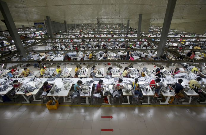 Arbeidsters aan het werk in een textielfabriek in het Vietnamese Hanoi. (archieffoto uit 2015)