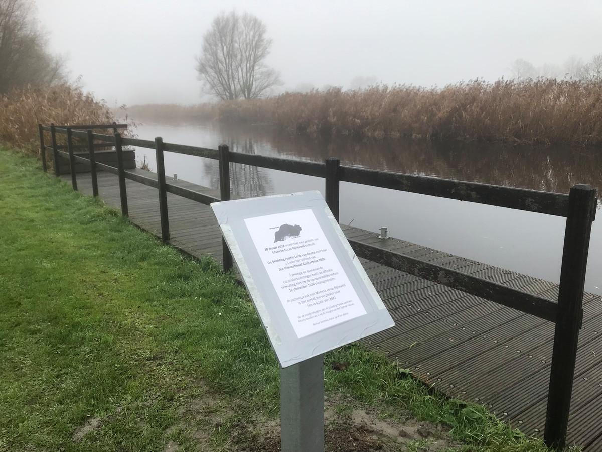 Het bordje met daarop het gedicht van Marieke Lucas Rijneveld, dat nu 1 mei wordt onthuld.