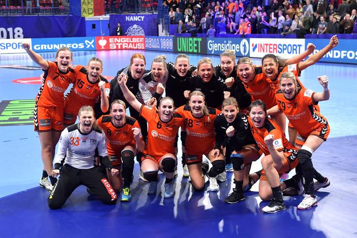 De selectie van het Nederlands handbalteam vrouwen viert feest na afloop van de gewonnen wedstrijd Nederland tegen Roemenie bij het EK Handbal in Frankrijk, hoofdronde groep II.