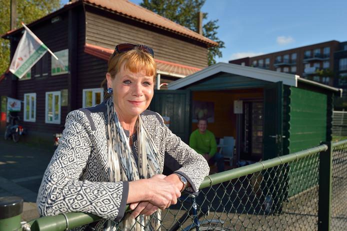 Voorzitter Ellen van Helden is hard opzoek naar een opslagplek voor 500 baaltjes hooi voor kinderboerderij Dierendal.