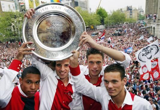 John Heitinga op het Leidseplein met de kampioensschaal en teamgenoten Nigel de Jong, Rafael van der Vaart en Wesley Sneijder in 2004.