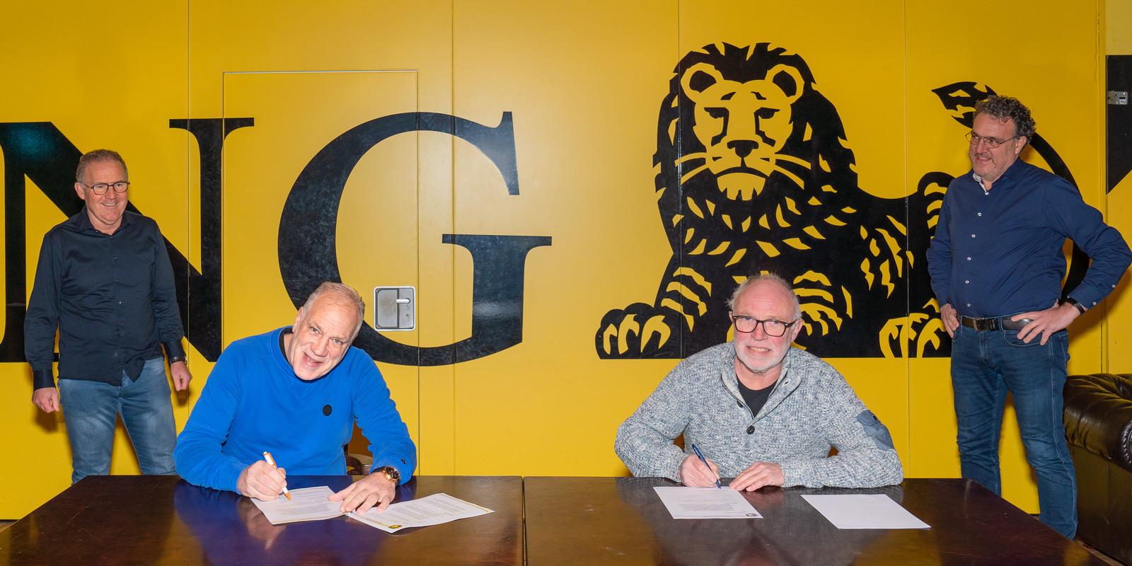 Trainer André Cornelissen (tweede van links) tekent zijn contract.