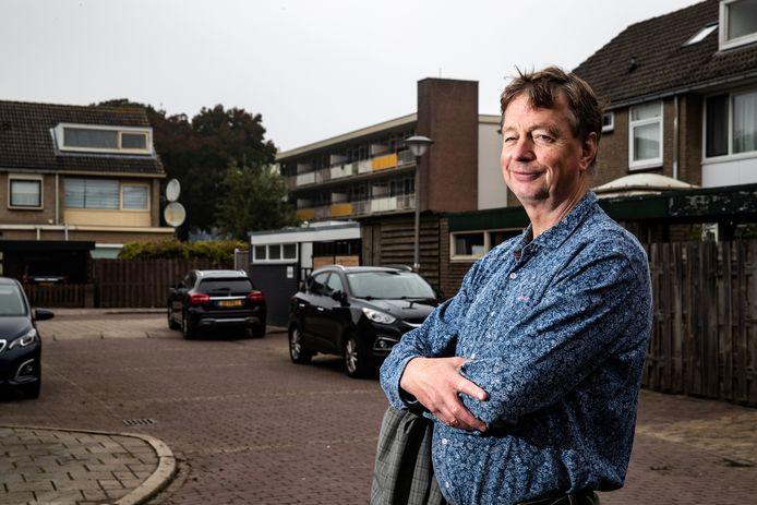 Piet van Veen van de Werkmakers gaat in de Zutphense buurt Waterkwartier de wensen van de inwoners rondom de verduurzaming in kaart brengen.