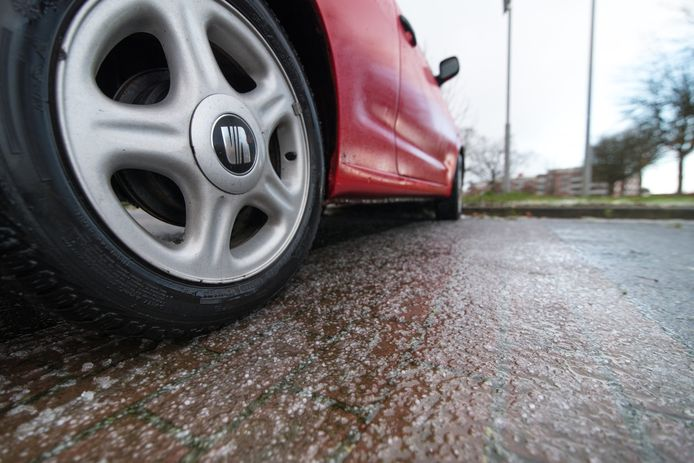 De combinatie van koude temperaturen, natte sneeuw en regen kan voor gladheid op de wegen zorgen.
