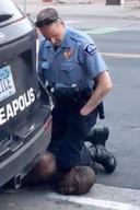 De agent drukte minutenlang de keel van Floyd dicht, tot die het bewustzijn verloor. Hij overleed later in het ziekenhuis.