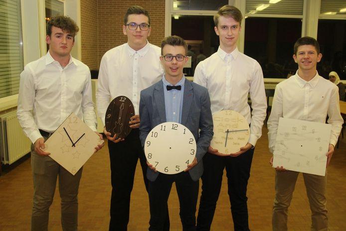 De jongens fabriceren en verkopen met 'Clock and roll' gepersonaliseerde klokken.