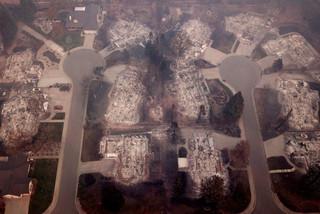 fotoreeks over Dronebeelden tonen wat er na de bosbranden overblijft van Paradise