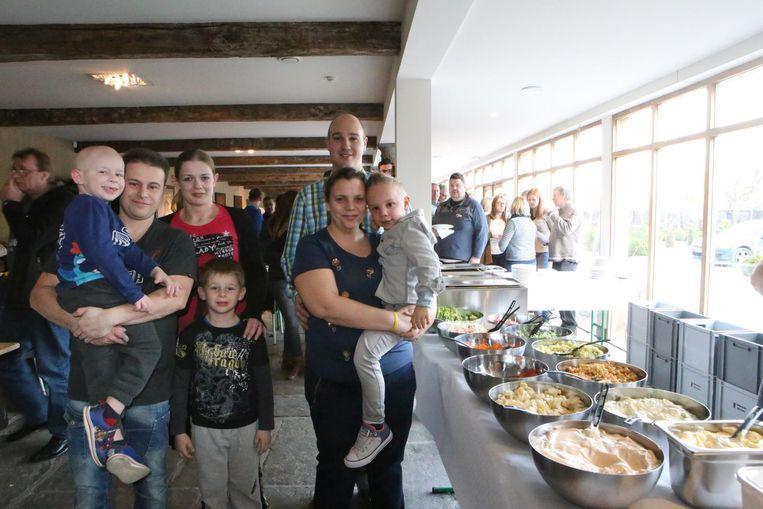 Kyran en Lucas met hun ouders tijdens de benefietactie in het Kasteel van Hoen.