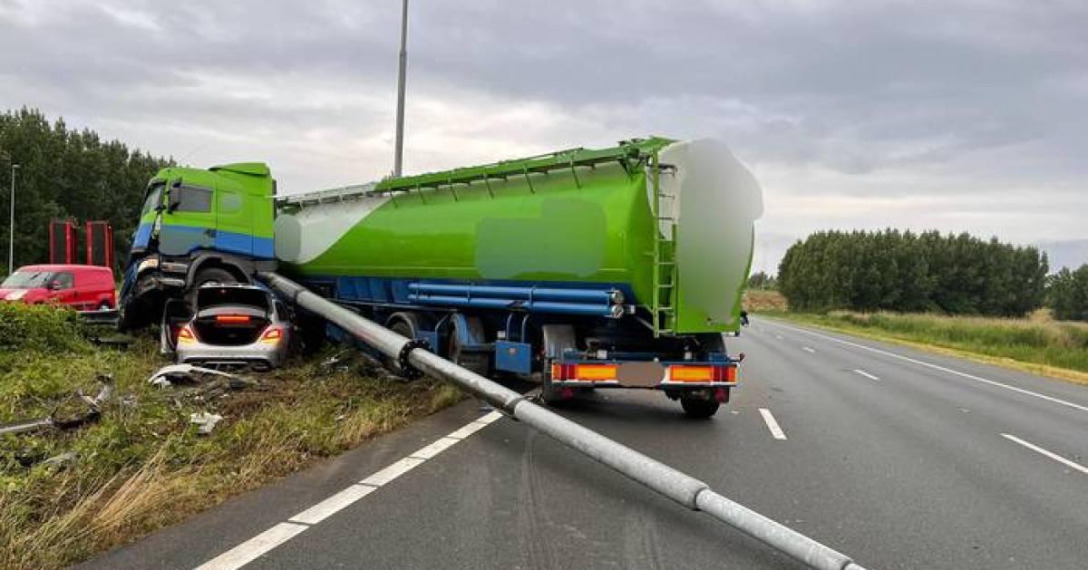 A2 richting Utrecht gedeeltelijk open na ongeluk met vrachtwagen.