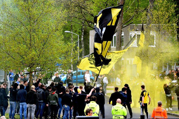 Supporters van Vitesse vieren op Papendal het behalen van Europees voetbal.