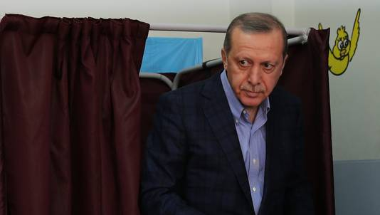 De Turkse president Recep Tayyip Erdogan brengt zijn stem uit.