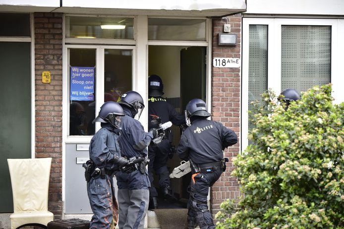 Agenten gaan de panden binnen.