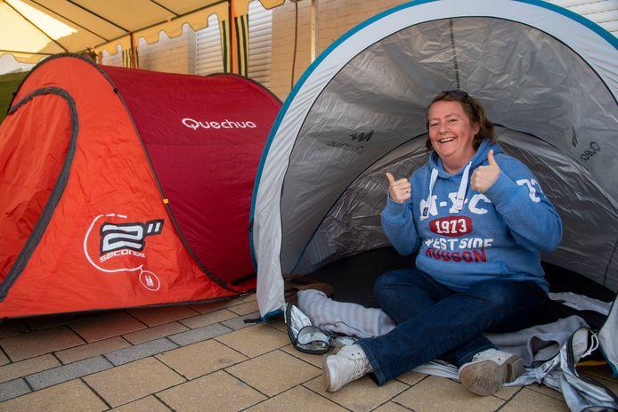 Anja Eekhout nodigde haar vrienden uit om te kamperen aan het stamcafé De Kluize.
