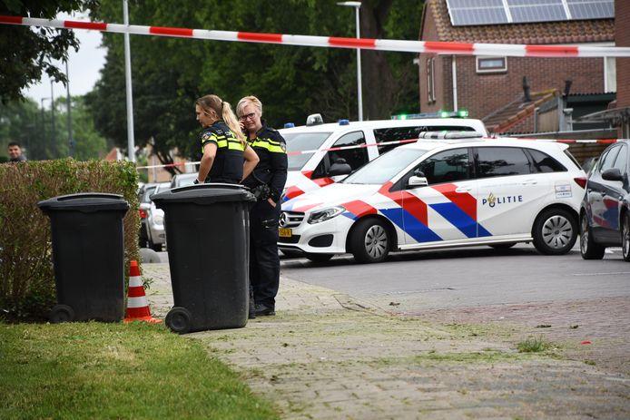 De politie kwam vanmiddag in actie in de Jan Steenstraat in Woerden na een melding over een vuurwapen.