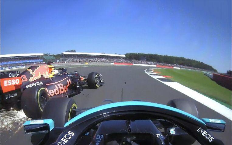 In de flauwe Copse-bocht tikt Hamilton de bolide van Verstappen aan. Beeld ZiggoSport