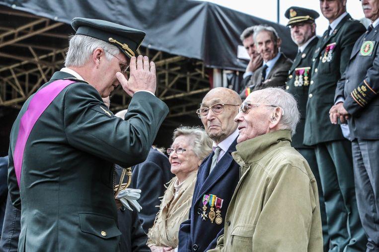 Oud-strijder Raymond Van Slembrouck (rechts) in gesprek met koning Filip.
