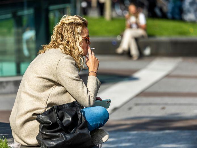 Er is geen algeheel rookverbod, maar op steeds meer plekken is roken niet meer toegestaan.