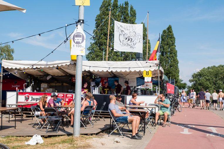 De beruchte Tankstand van Jeugdhuis Floeren Bloes op Werchter-brug, waar vrouwen een gratis pintje krijgen tijdens de actie 'Tette bloot'.