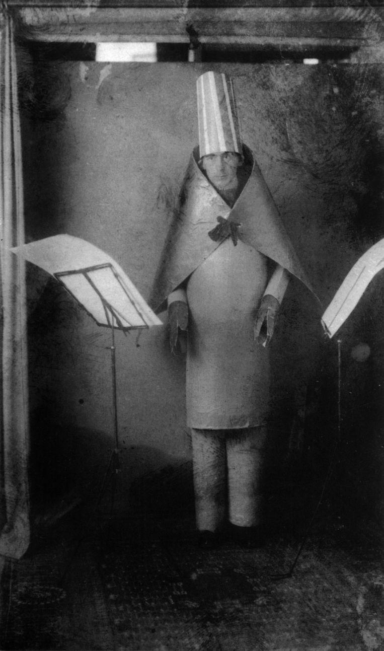 Hugo Ball treedt op in Cabaret Voltaire, Zürich, 1916.  Beeld Getty Images