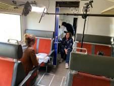 Interview in een treincoupé: Andere Tijden maakt tv-opnames in Blauwe Engel in Twekkelo