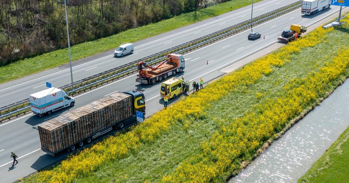 Ongeluk met meerdere voertuigen op A73 bij Nijmegen: rechterrijstrook dicht.
