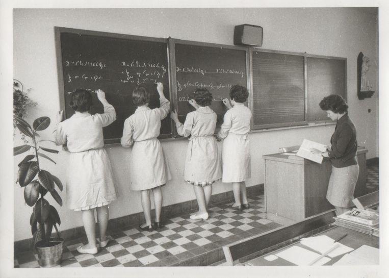 De leerlingen moesten destijds vooraan hun ingestudeerde wiskundeformules aan het bord uitschrijven.