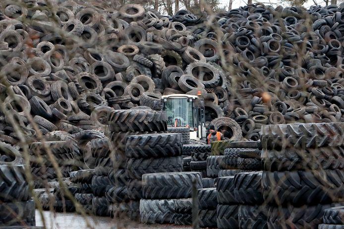 De bergen rubber van Rubber Verwerking Nederland, ook bekend als Doornberg Recycling.