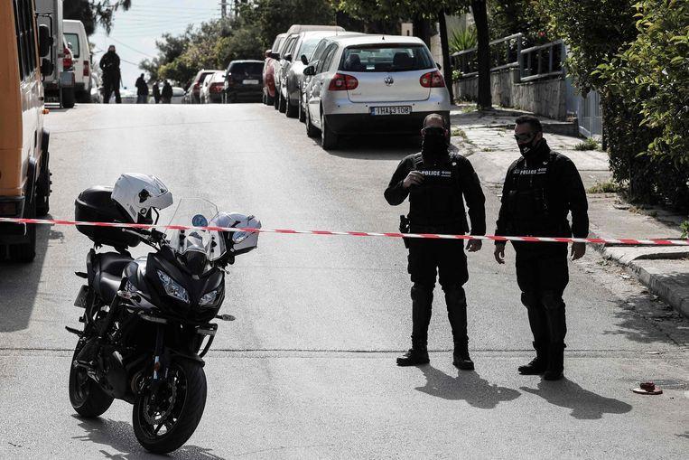 Politie in de straat waar de Griekse journalist Giorgos Karaivaz werd doodgeschoten. Beeld AFP