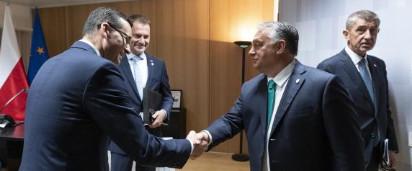 Handen schudden is geen enkel probleem voor de Hongaarse premier Viktor Orbán.