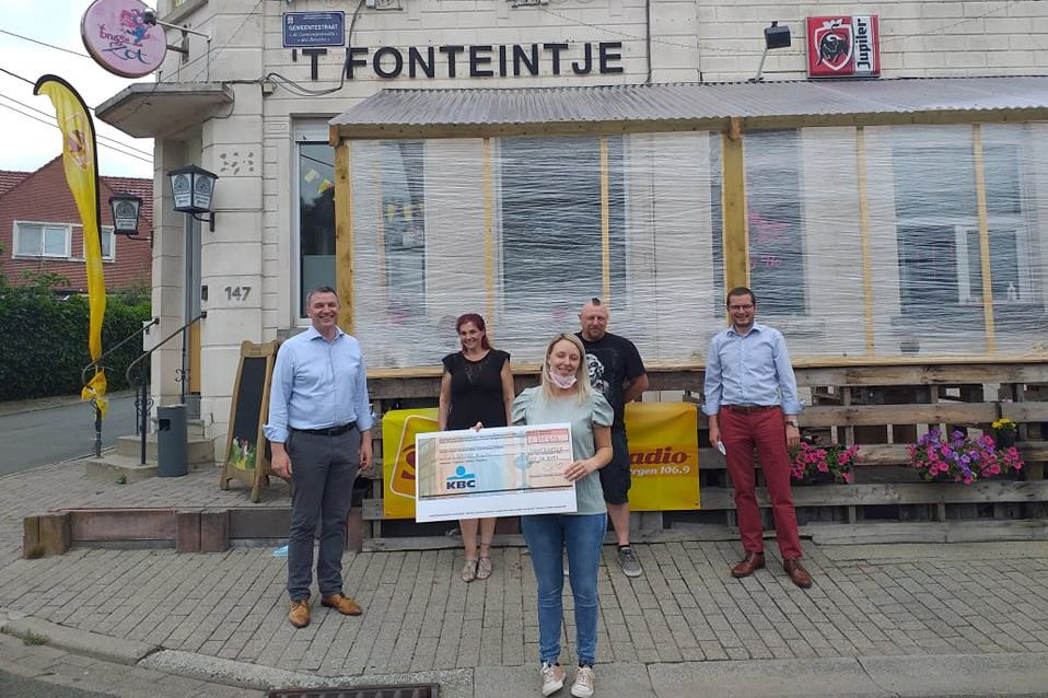 De koekenverkoop die Bo van 't Fonteintje in Goeferdinge opstartte leverde 11.453 euro op voor  Luc Basselier en Kathy Meireleire van taartenatelier Sugar & Pies uit Deftinge.