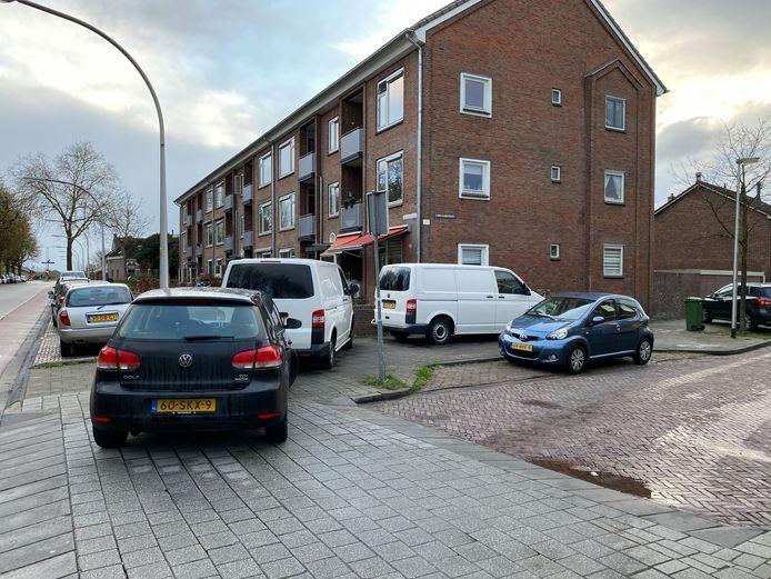 Witte busjes van de technische recherche op de stoep bij de flat waar de omgekomen man woonde.