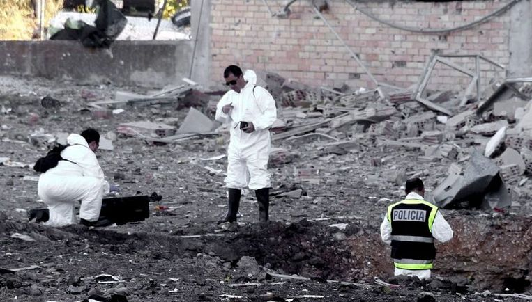 De explosie van de waarschijnlijk in Frankrijk gestolen auto veroorzaakte een krater met een doorsnee van zes meter en één meter diep. Foto AP Beeld